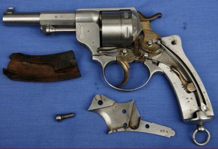 éclaté du revolver modèle 1873 et pièces du mécanisme jaunies