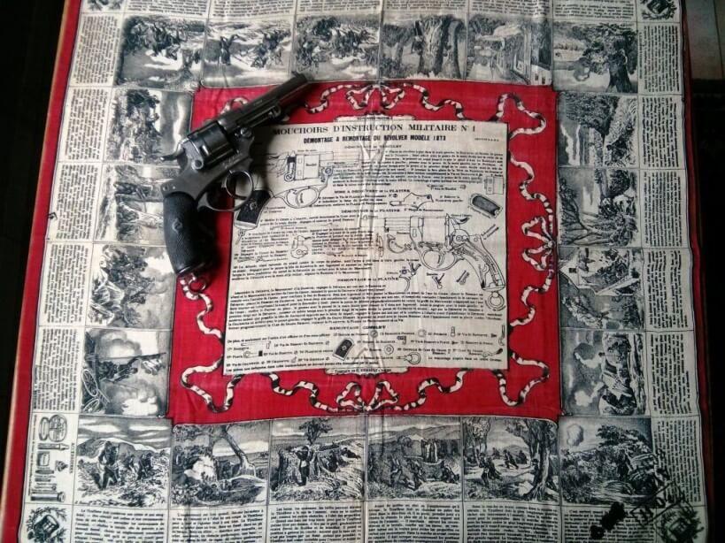 Mouchoir d'instruction numéro 1 et revolver 1873
