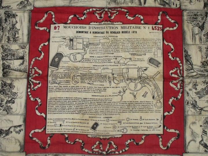 Mouchoir d'instruction pour le revolver mle 1873, détail du centre et matricules brodés