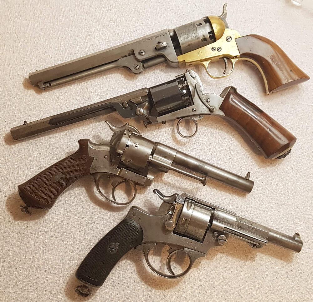 Comment nettoyer un revolver à poudre noire: différents exemples de revolvers à poudre noire