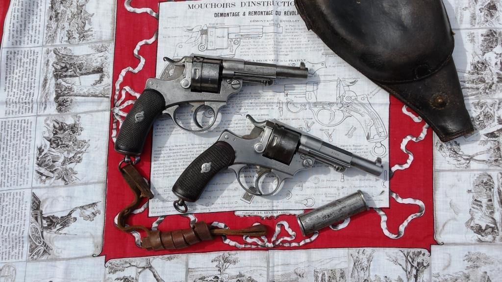 2 revolvers modèle 1873 sur mouchoir d'instruction et nécessaire d'arme modèle 1874.
