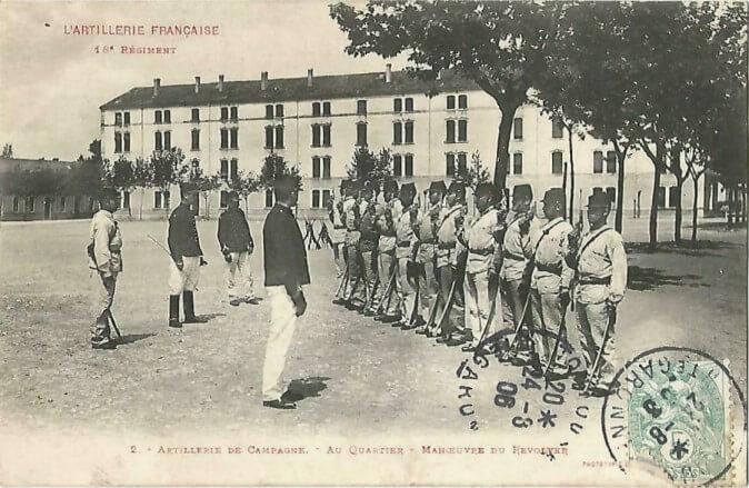L'artillerie Française 18e Régiment. Artillerie de Campagne. - Au Quartier - Manoeuvre du Revolver