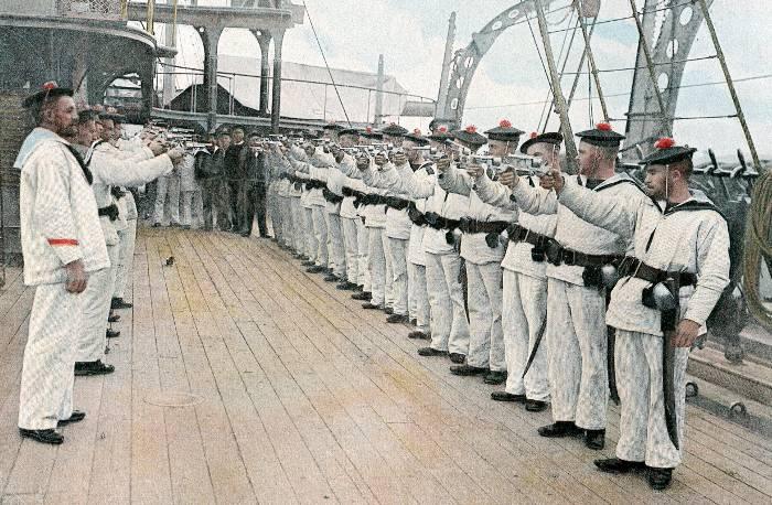 Marins français à l'entraînement au tir au revolver mle 1873